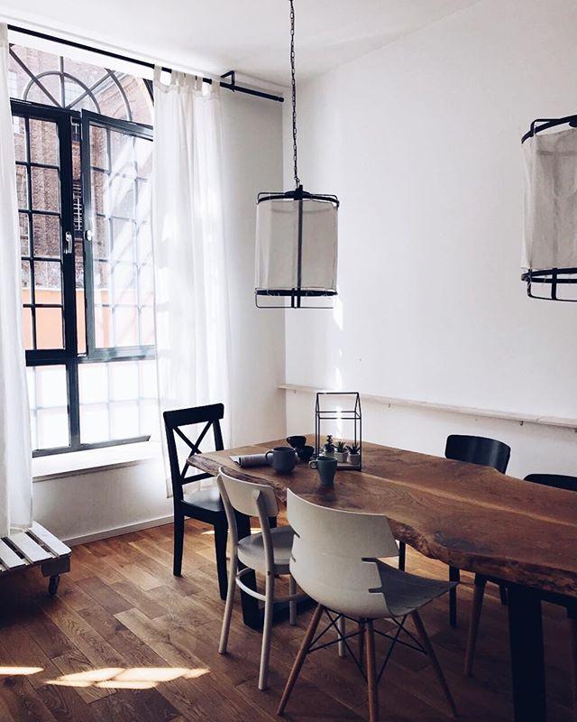 Pytałyście mnie o to miejsce podczas naszego pobytu w nim z @joannavicom na @see_bloggers w Łodzi i wcale wam się nie dziwię. Spokojnie mogłabym zabrać ze sobą tylko torebkę i w nim zamieszkać. Industrialne wnętrze, jasna przestrzeń, olbrzymie okna i minimalizm. Plus drewniany piękny stół który aż się prosi żeby usiąść przy nim z pysznym wegetariańskim posiłkiem🌿💥 na blogu przygotowałam wam specjalnie o nim post, ile kosztuje nocleg i przygotowałam zniżkę na wasz pierwszy nocleg z @airbnb 💥❤️ dajcie mi koniecznie znać fanami jakich wnętrz i wystroju wy jesteście! #new#newpost#design#interiordesign#interior#light#loft#loftstyle#style#beatifuldestinations#blog#blogger#inspiration#photo#eatrunlovepl#lodz#seebloggers#seebloggerslodz#instagram#vsco#poland#