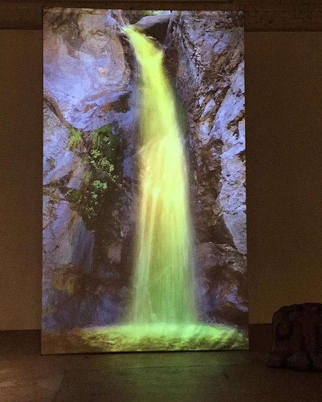 Love this #MarnieWeber #waterfall projection at @gavlakgallery - dream art. 😍🦄✨🌈 @marnieweberstudio #fineart #losangeles #fantasy #eatoncanyonfalls