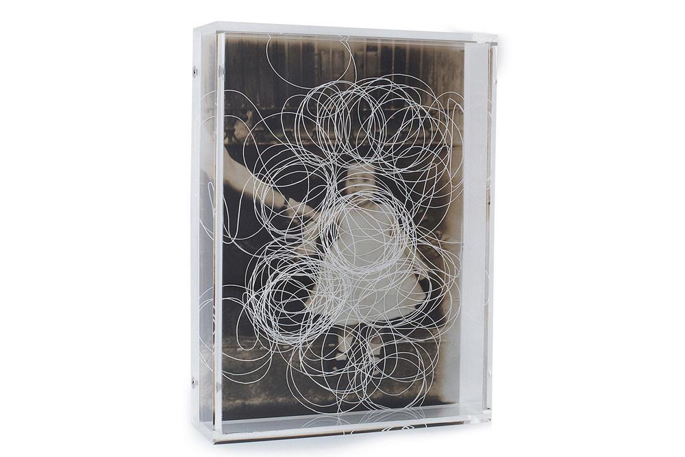 Coleção de Incertezas.  Tempos guardados . Pigmento mineral sobre papel algodão, linha e acrílico. 18,3x13,5x4cm