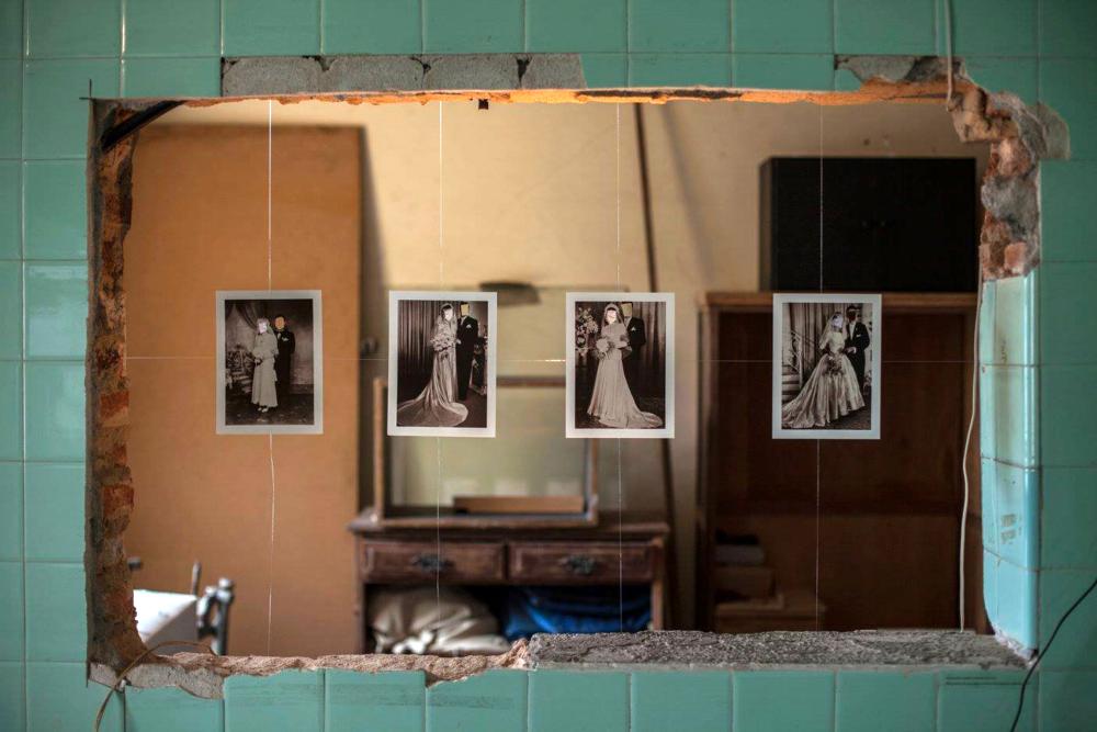 """© Juliana Farinha. Montagem de  felizes para sempre  na exposição """" Sou uma mulher de tijolos à vista """"."""