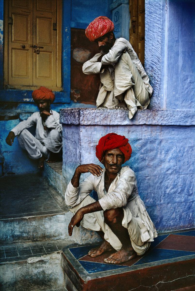 stevemccurrystudios: Three city workmen wait for their afternoon tea, delivered each day by a street vendor, in Jodhpur, India. BBC INTERVIEW: http://www.bbc.co.uk/podcasts/series/dailybacon