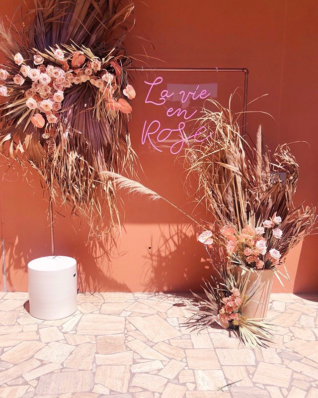 The magic spell you cast .. that is La Vie En Rose 💖// Our newest sign available to cast all the rosy pink hues of magic + happiness to your next event! ✨ Amazing florals by the talented @bouquetboutique
