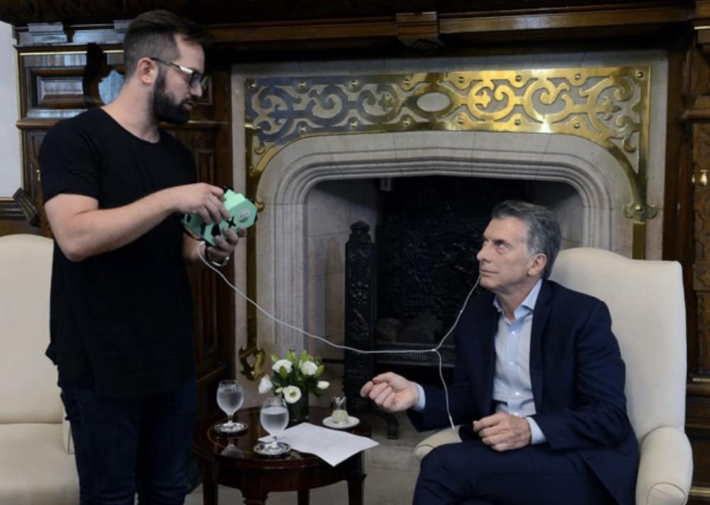 Nicolas Rosencovich shows and explains MindCotine to Mauricio Macri, President of Argentina.
