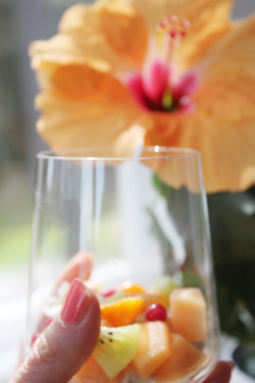 Suosi marjahedelmäsalaatissa sesongin marjoja ja hedelmiä.