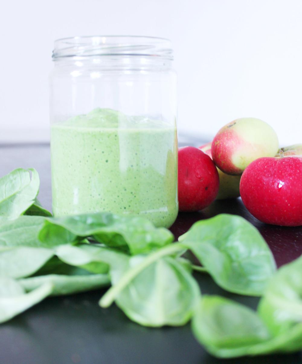 Kehoa tasapainoittavia emäksiä omenasta, pinaatista, avokadosta ja sitruunasta.