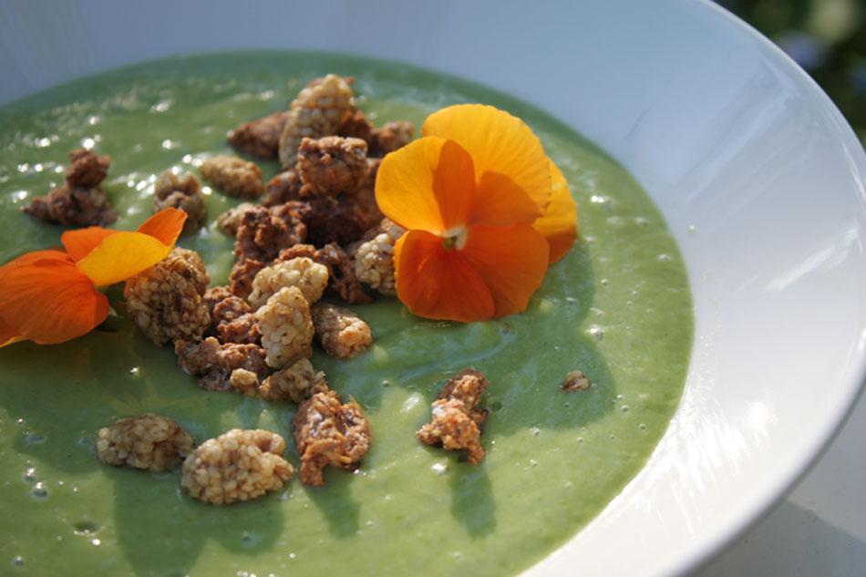 Vihreää jogurttia ilman maitotuotteita tai lisättyä sokeria avokadosta, pinaatista, banaanista ja mangosta.