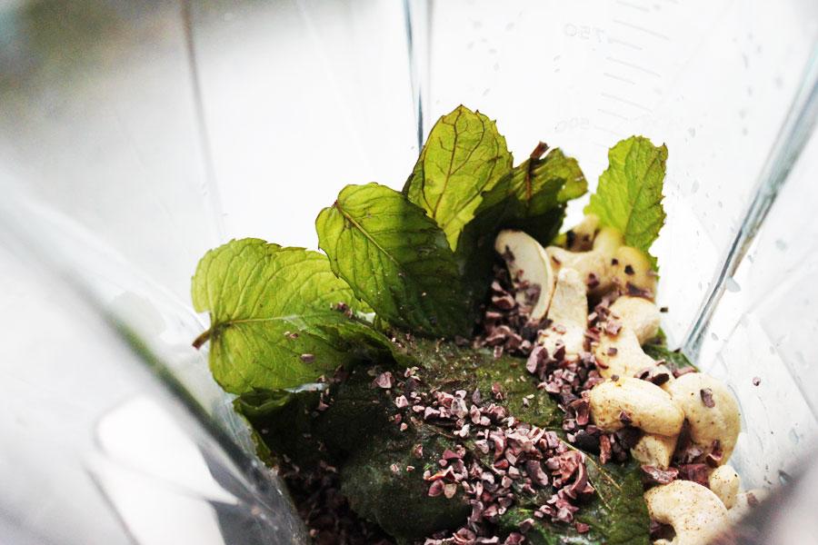 Vihreää energiaa ja virtaa pinaatista, mintusta ja klorellasta.