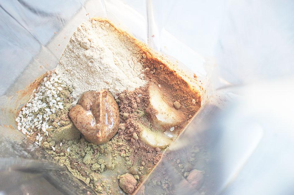 Energiaa banaanista, mantelivoista, raakakaakaosta, seesamista, happuproteiinista ja macasta.
