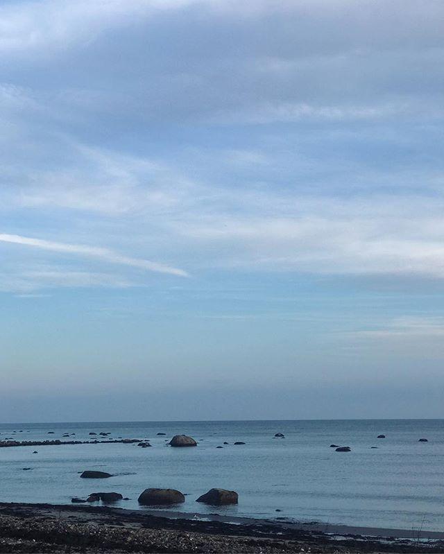 Friday evening and Båstad blue skies. Happy weeeeekend everyone! 😘