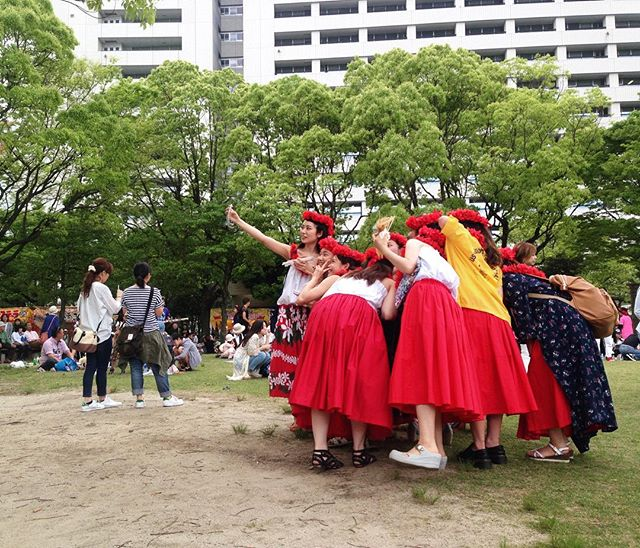 Selfies in the park, Dontaku festival 🌺 #dontaku #goldenweek #huladancers