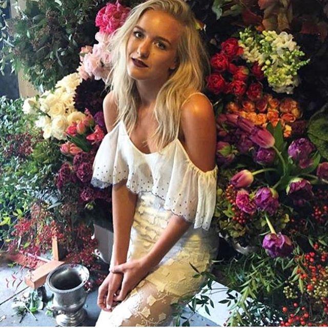 Simple & elegant 🙌🏼 Brides made @thebridalclinic  #offtheshoulder #weddingdress #bride #bridediet #bridalparty #bridesmaids #makeup #lipstick #boho #bohobride #isaidyes #dreamwedding #dress skirt by @alicemccallptyltd 💞😍