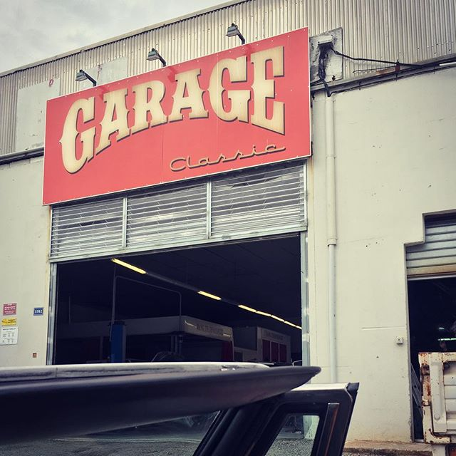 TRIED TO GET SOME STUFF FIXED TODAY AT THIS BEAUTIFUL GARAGE-BUT NEXT POSSIBLE APPOINTMENT IN ONE MONTH 😂 SO WE KEEP ON ROLLIN ##IgepaTeamMaxi #exploreeurope #igepaexplore #paperandprint #rally2018 #igepa #AlfaRomeoSpider #alfaspider #onthewayto  #travelawesome #beautifuldestinations #hittheroad #streetlife #europetour #vacationroad #travelstories  #travellove #roadbuddies #exploreeurope #adventureroad #europetour #traveleurope #ontheroad