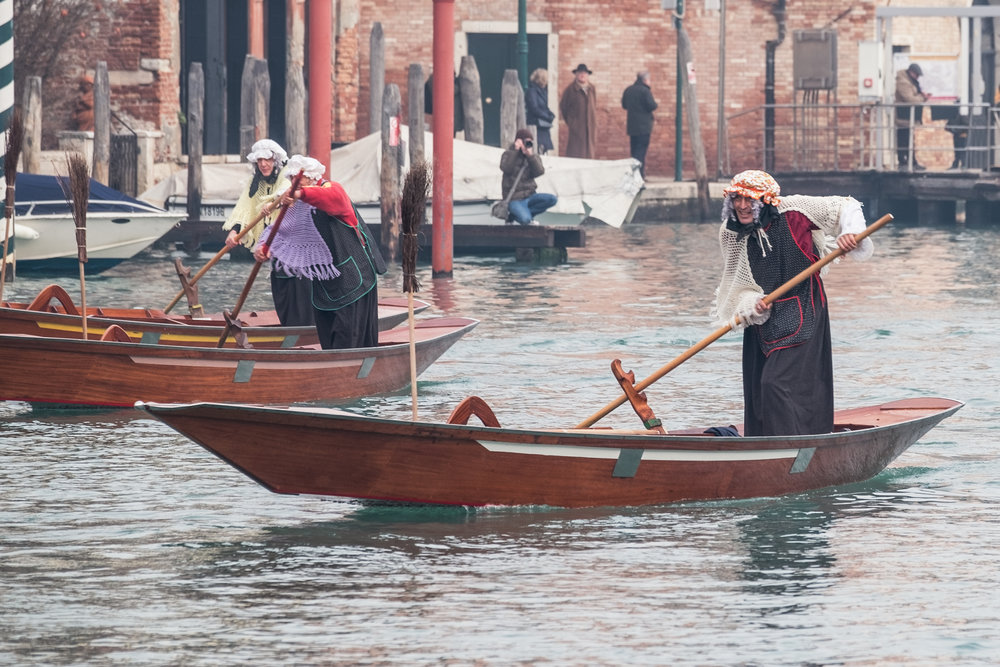 Venice, ITALY. 6 January, 2018. Participants dressed up as elderly women row on the Grand Canal during the 37th Befana Regata. � Stefano Mazzola/Awakening/Alamy Live News