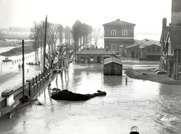 Flooding at the lower end of Lea Bridge Road