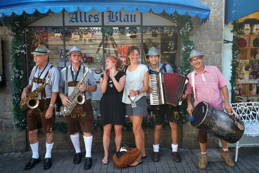 "We met a Bavarian band that stopped in front of the souvenir shop ""Alles Blau"" (""All Blue"", or, colloquially, ""All Drunk"") to play us a tune."