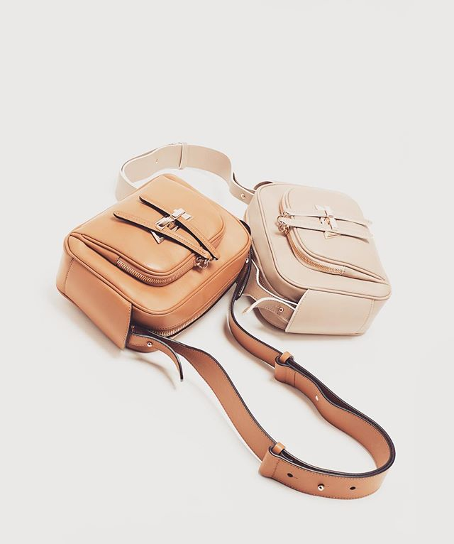Perfect travel companion🌸 Bedford Mini . . . . . . . #italian #handmade #lindseynicoleny #madeinitaly #luxury #unique #bag #shopping #modern #work #factory #photography #life #love #live #fashion #monday #whiskey #lifestyle #travel #newyear #new