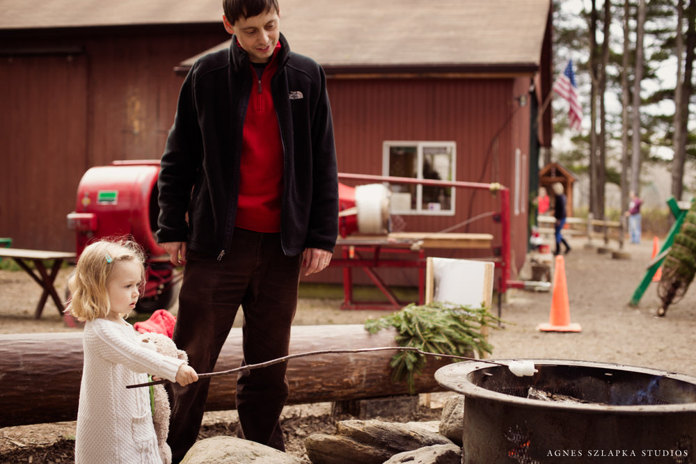 little girl and daddy making s'mores | cleveland xmas photos