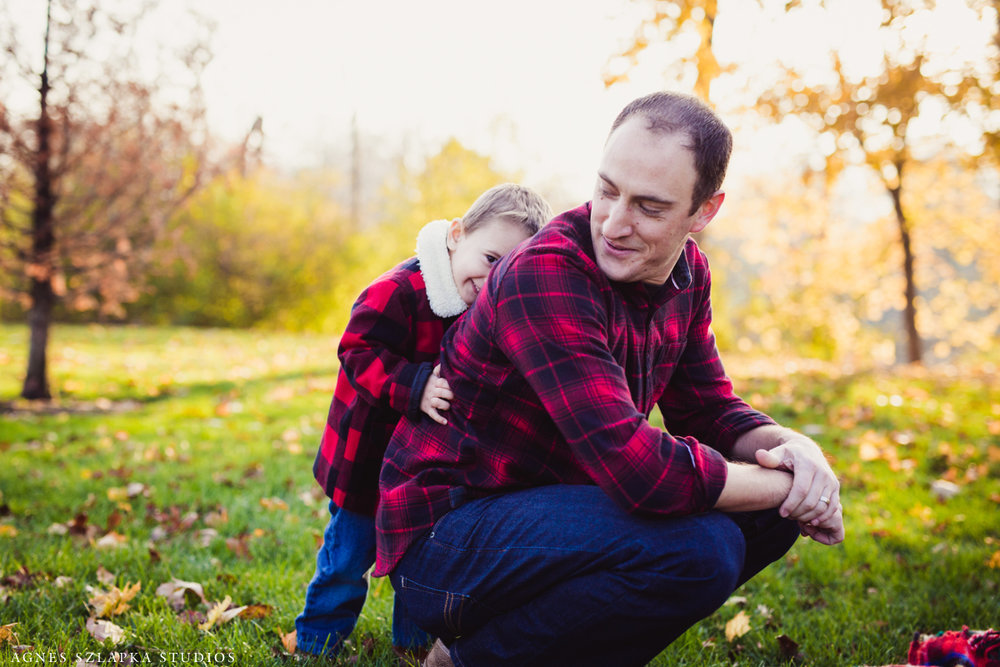 little brother hiding behind dad | cleveland, ohio family photographer