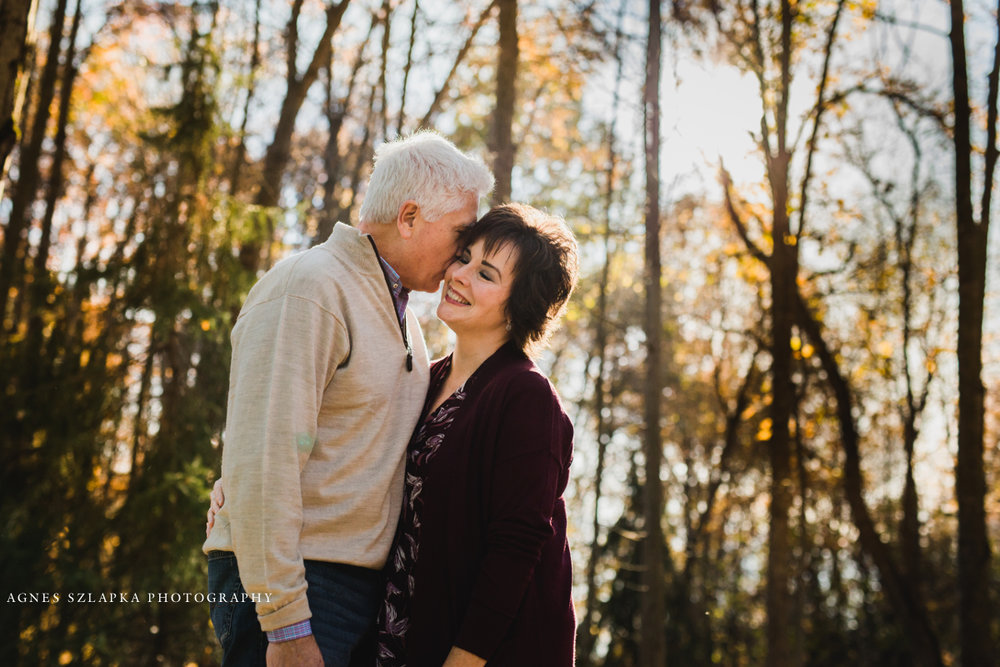 mom and dad sharing a sweet moment | cleveland, ohio family photography