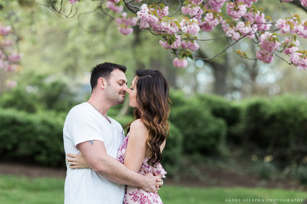 husband and wife below cherry blossom tree | cleveland museum of art, lifestyle photographer