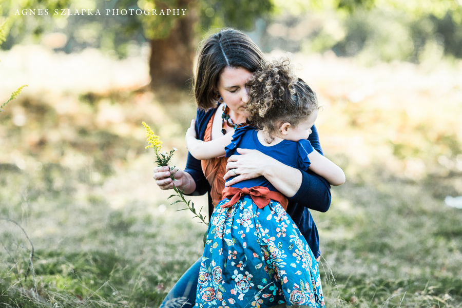 daughter bringing mom flowers in park acacia | cleveland, Ohio family photographer