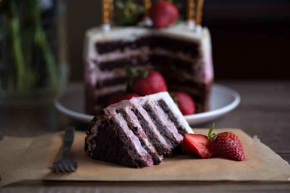 Chocolate Strawberry Cake - Photo by   Tiago Ramos