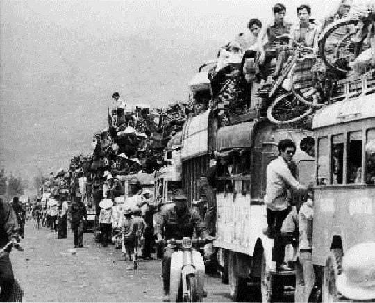 Dân chạy theo quân đội VNCH khi cộng sản tiến chiếm miền Trung ngày 28 tháng 3 năm 1975. Nguồn internet.