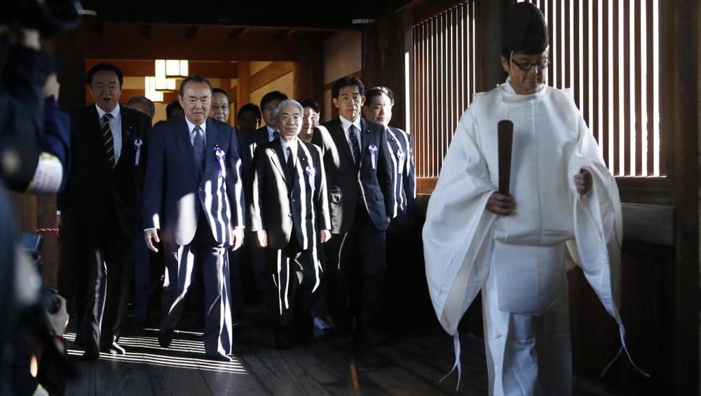 Dân biểu Nhật đi thăm đền thờ Thần đạo - Nguồn Internet.