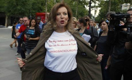 """Nguồn internet,cựu đệ nhất phu nhân Pháp Valerie Trierweiler mặc áo T shirt với hàng chữ """"I am too sexy for my ex"""""""