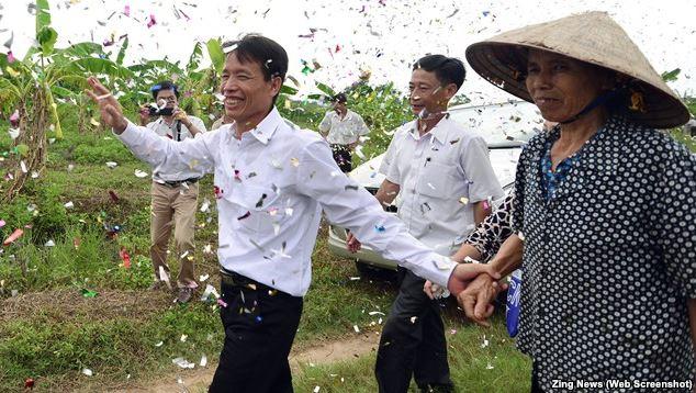 Anh em ông Đoàn Văn Vươn được người dân đón mừng, nguồn internet