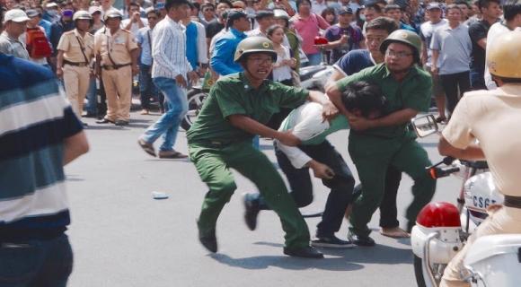 Công an Việt Cộng đàn áp người dân trong nước, nguồn internet
