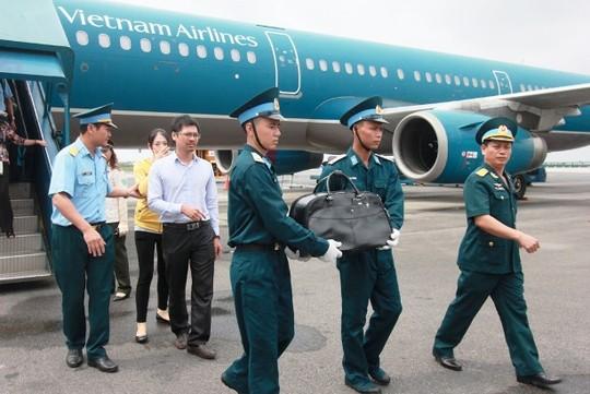 Di hài phi công Nguyễn Anh Tú bị bắn rớt trong khi bay tuần tra trên biển Đông được cho vào một túi hành lý xách tay đem về VN. Nguồn internet.