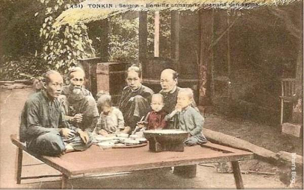 Hình ảnh bửa cơm gia đình ngày xưa ởnhàquê miền Bắc.Nguồn Internet.