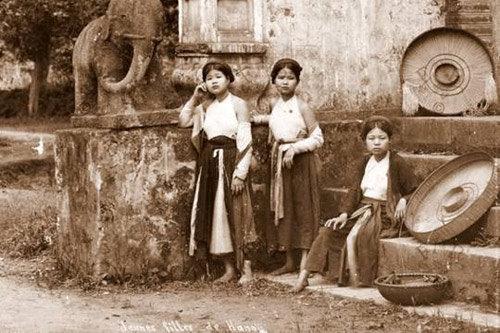 Trang phục thiếu nữ ngày xưa tại miềm Bắc.Nguồn internet.