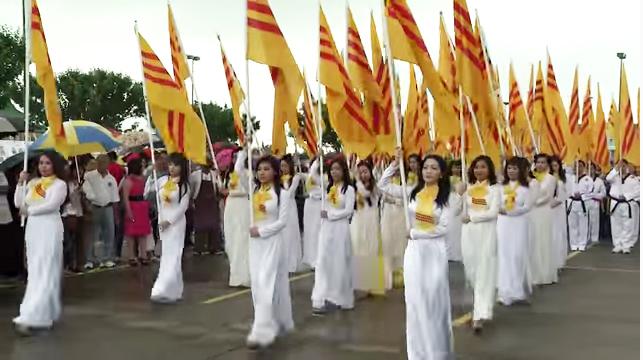 Cộng Dồng Việt Nam hải ngoại với các thiếu nữ mặc áo dài trắng đi diễn hành trong ngày hội. Nguồn internet