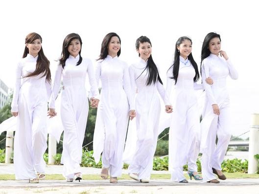 Các nữsinh VN trong áo dài trắng.Nguồn internet.