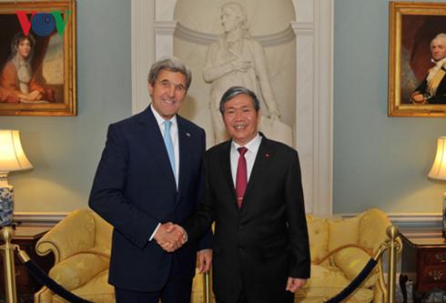 Ngoại trưởng Hoa Kỳ John Kerry vàĐinh Thế Huynh Thường trực Ban Bí Thư Đảng CSVN. Nguồn internet.
