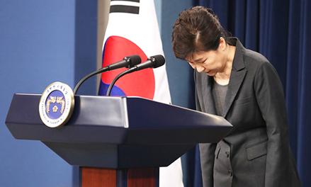 Tổng thống Park Geun-hye cúi đầu xin lỗi người dân Hàn Quốc hôm 4-11-2016. Ảnh: Korea Times