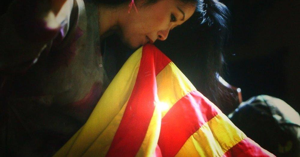"""Bức ảnh """"Vá Cờ"""" - Nhiếp ảnh gia Nguyễn Ngọc Hạnh."""