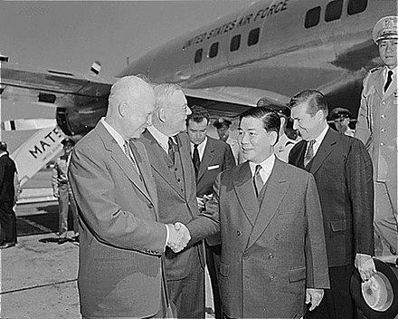 """Tổng thống Hoa Kỳ Dwight D. Eisenhower chào đón tổng thống Việt Nam Cộng hòa Ngô đình Diệm (có ngoại trưởng John Foster Dulles tháp tùng) tại phi trường National Airport, Washington DC. (năm 1957): Cao điểm của chiến thuật """"Thế giới tự do"""" Hoa kỳ."""