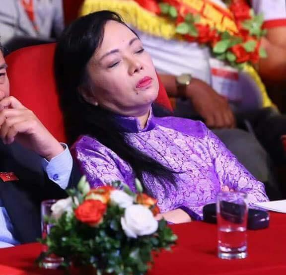 Bà Nguyễn Thị Kim Tiến, Bộ trưởng Bộ Y tế ngủ trong buổi họp.