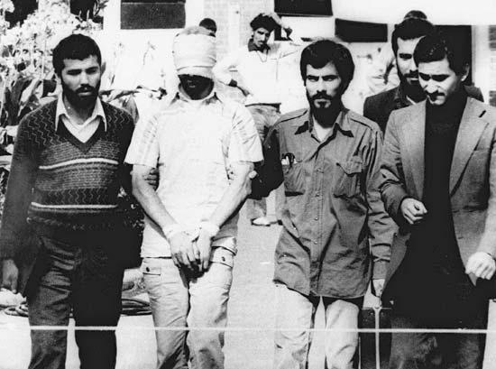 Con tin Hoa kỳ bị bịt mắt và các vệ binh cách mạng Iran trước tòa đại sứ Mỹ ở Tehran
