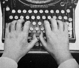Mười ngón tay, một chiếc bàn máy chữ, mười sáu tiếng một ngày làm việc, nuôi một vợ tám con.  (Hinh Internet)