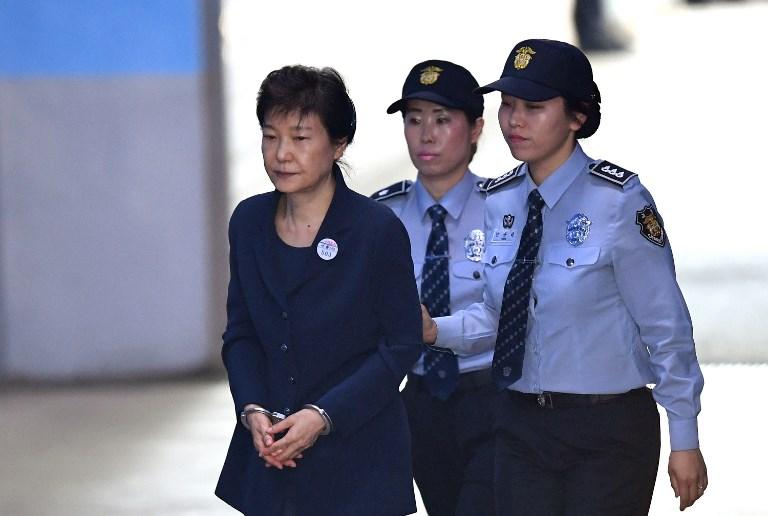 Tổng thống Nam Hàn Phác Cận Huệ bị an ninh áp giải (nguồn Internet)