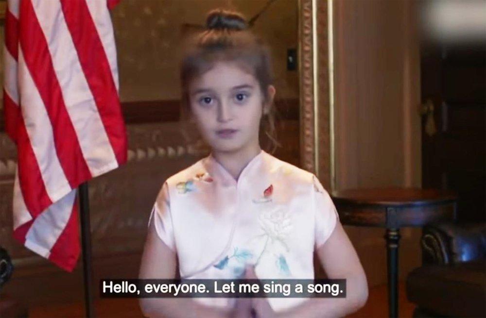 Cháu ngoại tổng thống Trump hát và ngâm thơ Tầu bằng tiếng quan thoại cho Ông Tập và bà Bành nghe trong đại yến ở Nhân Dân Đại sảnh Bắc Kinh