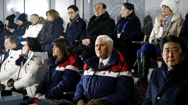 Hình chụp Phó tổng thống Hoa Kỳ, thủ tướng Nhật, chủ tịch quốc hội Nam Hàn và em gái của Kim Chính Ân Bắc Hàn trong thếvận hội mùa đông tại Nam Hàn vào tháng 2, 2018. Nguồn internet.