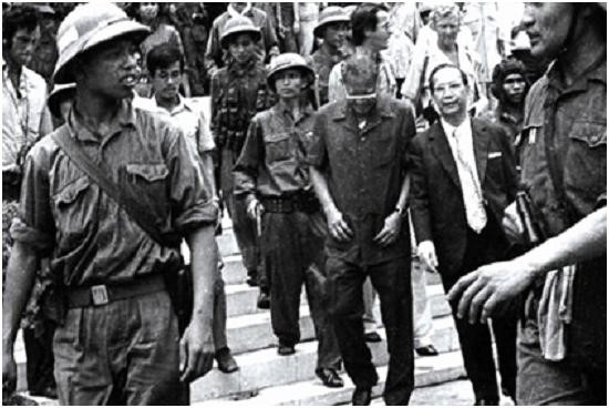 Nguồn internet: Việt Cộng dẫn giải Dương Văn Minh, Vũ Văn Mẫu ngày 30 tháng 4/1975