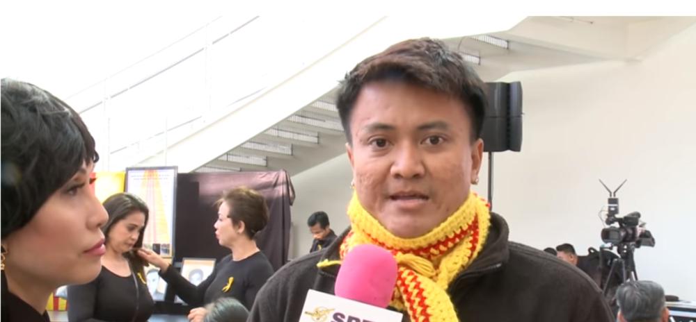 Một thành viên trong ban tổ chức trả lời phỏng vấn.