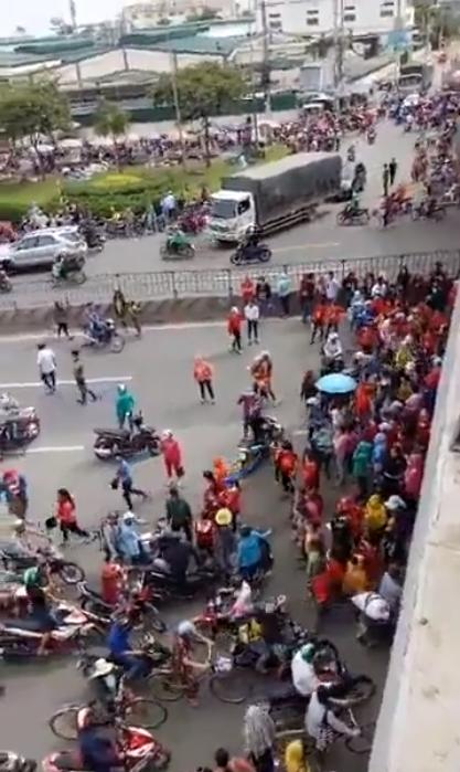 Biểu tình xuống đường của các công nhân công ty Pouyeun tại khu Tân Tạo, Bình Tân, thành phố Saigon. Nguồn internet.