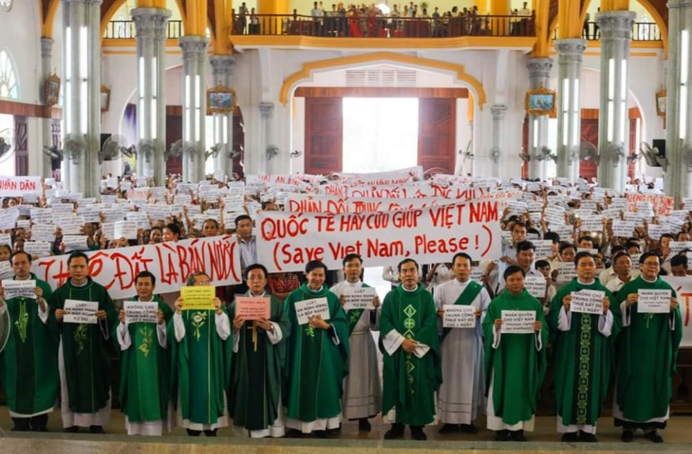061718-giáo xư Văn Hạnh tuần hành phản đối luật đặc khu-13.PNG